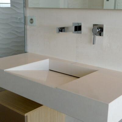 Salle de bain en céramique, composite, granit, marbre et pierres calcaires